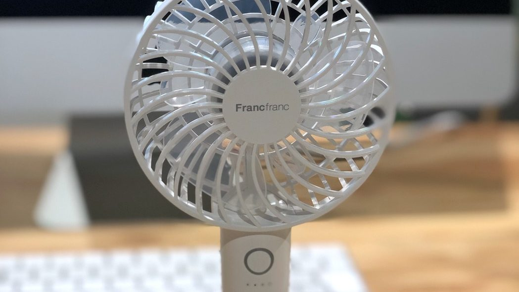 最近流行りのミニ扇風機!